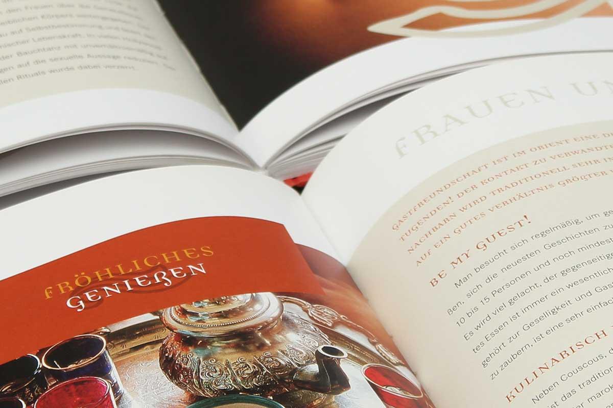 """Das Buch """"Honigmilch und Rosenöl"""" von Andrea Schneider aus der Reihe {e}motion. Typografie."""