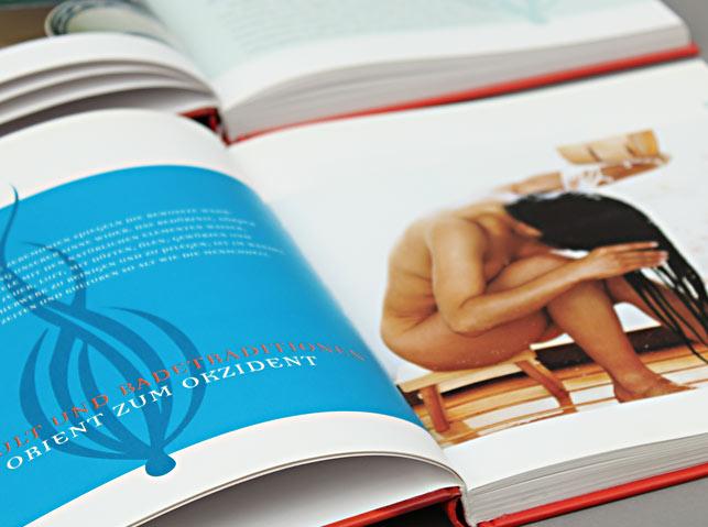 """Eine Buchdoppelseite gestelltet von Grafikraum. Aus dem Buch """"Honigmilch und Rosenöl"""". Grafische Gestaltung: Petr Svestka, grafikraum."""