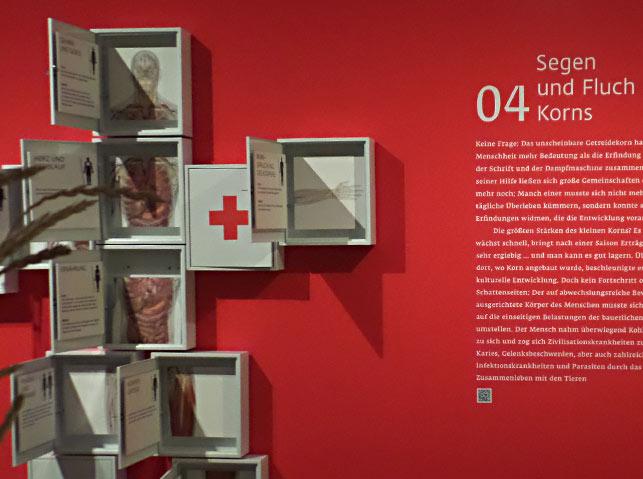 """Abbildung der Raumgestaltung der Ausstellung """"Brot & Wein, NÖLA. Grafische Gestaltung: Petr Svestka, grafikraum."""
