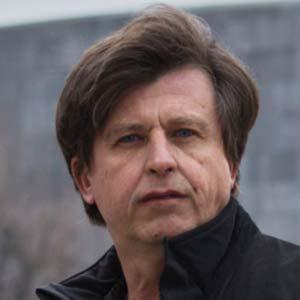 Petr Svestka, Grafikdesigner, Webdesigner, Typograf. absolvierte an der Graphischen Wien die Höhere Lehranstalt für Medieningenieure und Printmanagement, sowie anschließend das Kolleg für Grafikdesign, das er in der Meisterklasse mit einer Diplomarbeit über die Auseinandersetzung verschiedener Religionen mit den grundlegenden existentiellen Fragen abschloss.